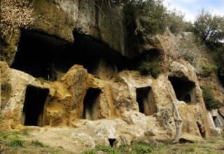 Irene Betti nella necropoli rupestre nel Parco Marturanum [GENIUS LOCI]