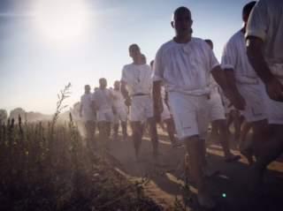Evviva Santu Srabadori! Fede, fatica e devozione: la corsa degli scalzi nel cuore del Sinis!
